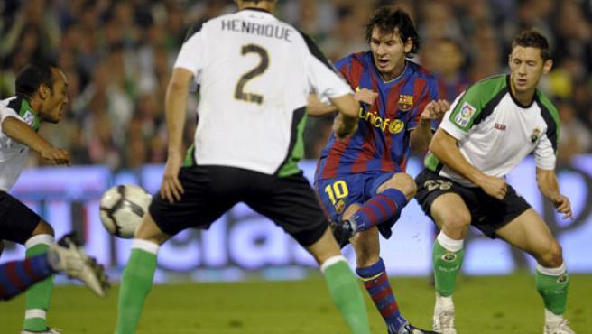 Leo Messi (segundo a la derecha) golpea al balón ante la oposición de la defensa racinguista.