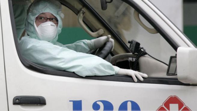 Una ambulancia para el traslado de enfermos diagnosticados con gripe A.