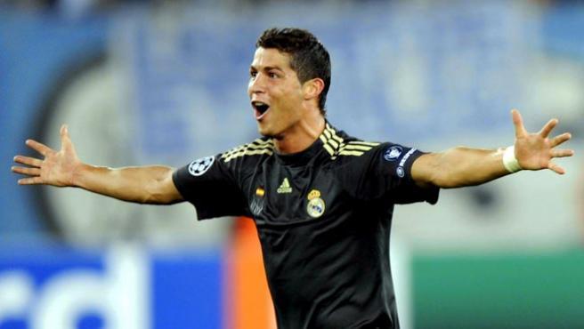 El jugador del Real Madrid Cristiano Ronaldo celebra tras anotarle un gol al FC Zurich de Suiza