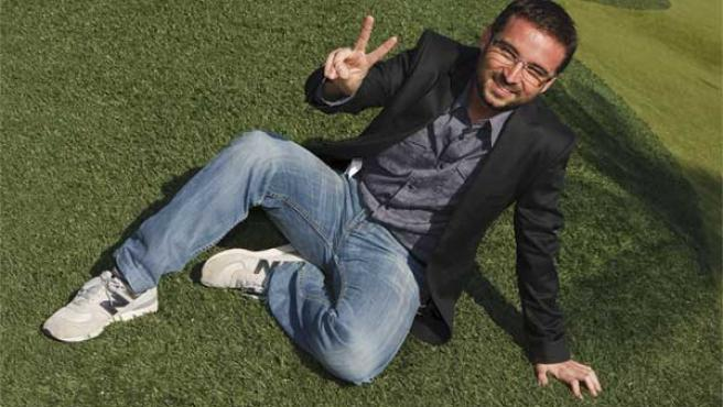 Jordi Évole, alias 'El Follonero', posando en un campo de golf.