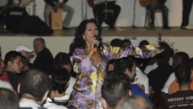 La cantante Cristina del Valle durante su actuación en el I Festival de Flamenco Pop que se ha celebradoen el centro penitenciario de Herrera de la Mancha .