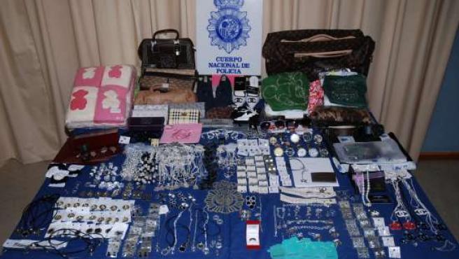 Algunos de los productos falsificados requisados en la operación.