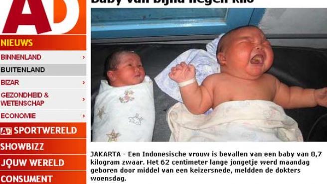 El bebé de 8,7 kilos (a la derecha), junto a otro recién nacido.
