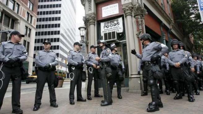 Policías patrullan las calles cercanas al Centro de Convenciones David L. Lawrence de Pittsburgh durante el primer día de la Cumbre del G-20.