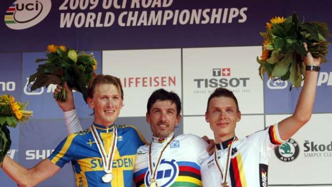 El suizo Fabian Cancellara (c) celebra la victoria junto al sueco Gustav Larsson (i) y el alemán Tony Martin.