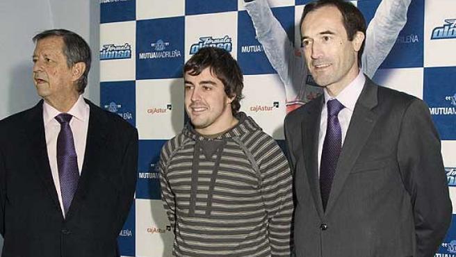 Fernando Alonso posa junto a los presidentes de Mutua Madrileña José María Ramírez Pomatta (i), y de Cajastur, Manuel Menéndez (d). (Efe)