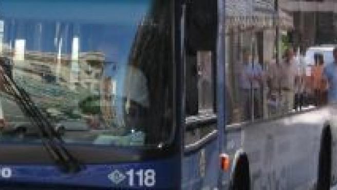 Un autobús urbano recoge a los viajeros en Valladolid.