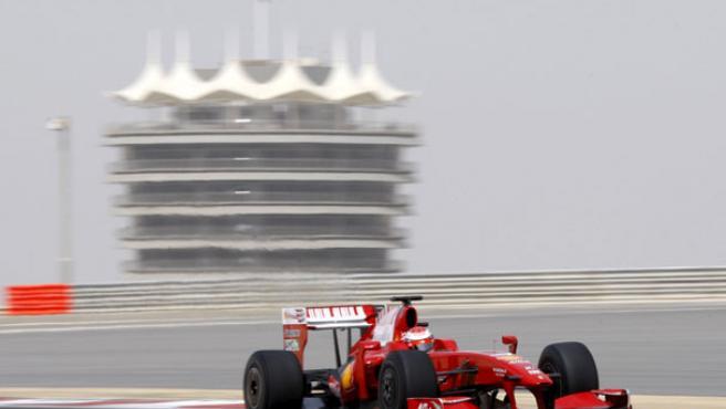 Una imagen del Ferrari F 60 en el circuito de Bahrein. (REUTERS)