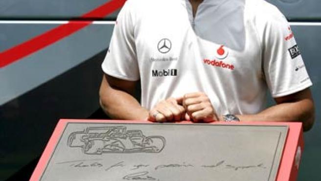 Lewis Hamilton posa junto a la placa conmemorativa que se ha instalado en la Avenida de los Campeones del Circuito de Cataluña, en Montmeló.