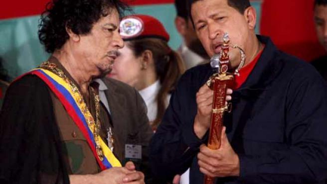 Gadafi recibe de Chávez una réplica de la espada de Simón Bolívar.