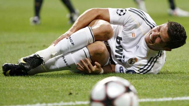 Cristiano Ronaldo se duele del tobillo derecho.
