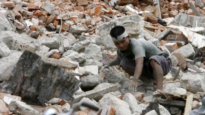 Un hombre entre los escombros días después del terremoto de Sumatra.
