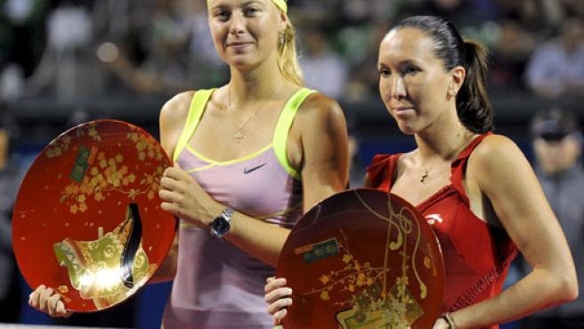 Maria Sharapova (i) y Jelena Jankovic posan con sus trofeos tras quedar primera y segunda, respectivamente, en el torneo de tenis de Tokio.