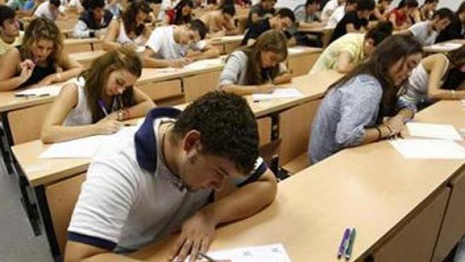 Estudiantes universitarios durante un examen.