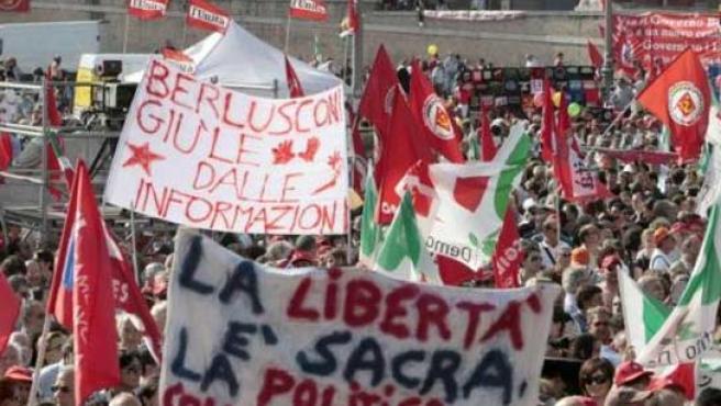 Varios cientos de miles de personas han marchado este domingo en Roma con pancartas contra Berlusconi y a favor de la libertad de prensa.