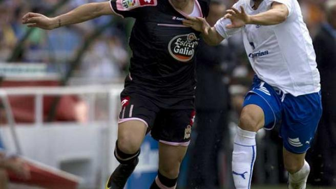 Riki, delantero del Deportivo, intenta marcharse de Ezequiel Luna, del Tenerife.