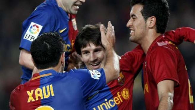 Los jugadores del Barcelona se abrazan a Messi tras el gol del argentino al Athletic.