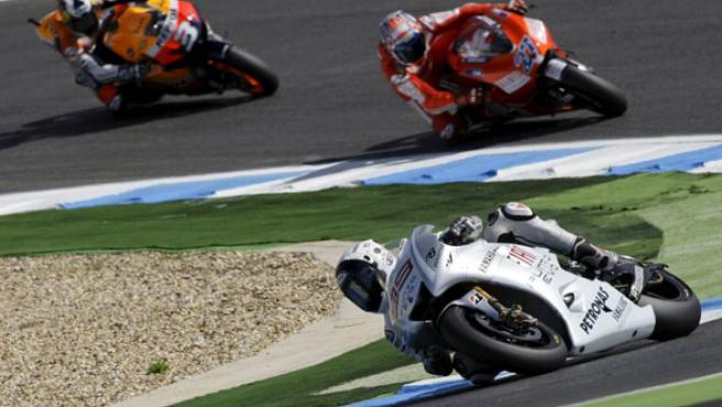 Jorge Lorenzo, seguido de Casey Stoner y Dani Pedrosa en la carrera de MotoGP en Portugal.