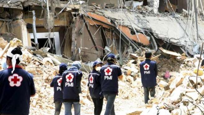 Grupos de rescate buscan víctimas entre los escombros dejados por el terremoto en Sumatra.