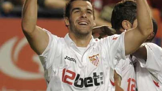 Álvaro Negredo celebra su primer gol en Liga con el Sevilla ante Osasuna.