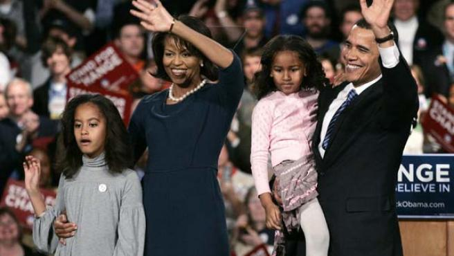El demócrata Obama posa con su mujer y sus hijas. (REUTERS)