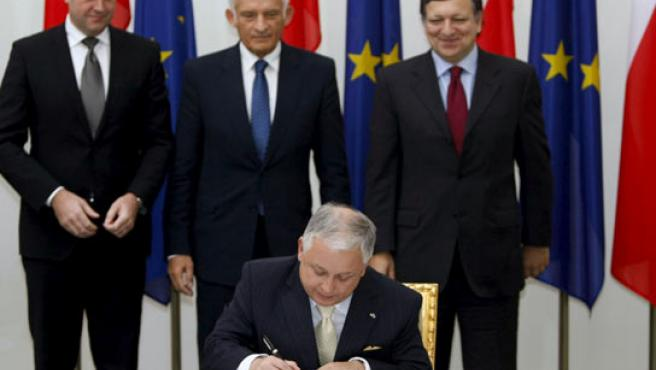 El presidente polaco Lech Kaczynski en el momento de la firma protocolaria del Tratado de Lisboa.