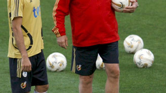 El delantero de la selección española de fútbol, Daniel González Güiza (i), junto al seleccionador, Vicente del Bosque.