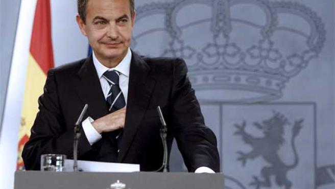 Zapatero atiende a los medios durante una rueda de prensa celebrada el pasado mes de abril.