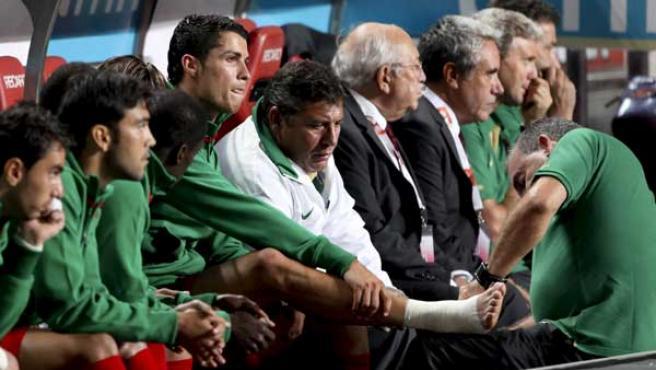 Cristiano Ronaldo en el banquillo con Portugal tras recaer de su lesión en el partido ante Hungría.