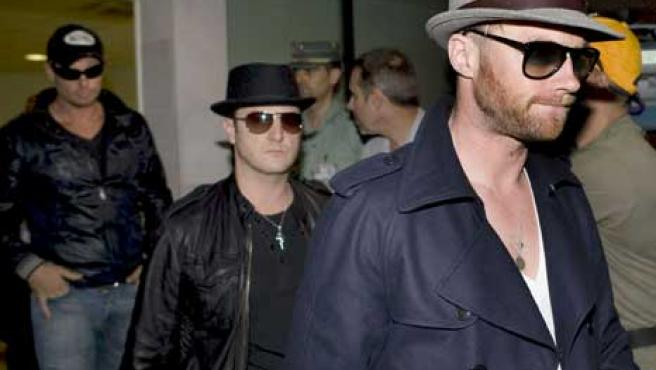 Los miembros de Boyzone, Ronan Keating (d), Mikey Graham (c) y Keith Duffy (i) a su llegada a Palma de Mallorca.