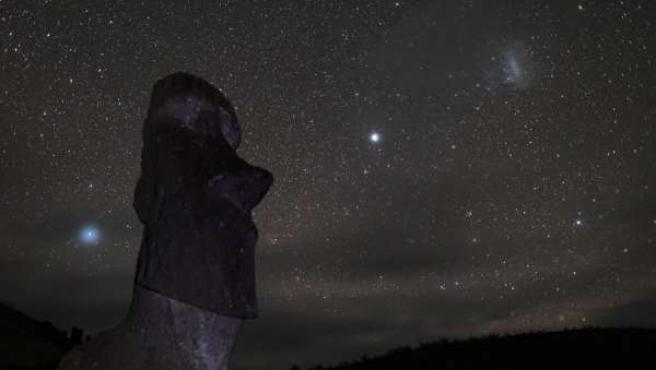 Imagen del cielo estrellado sobre una de las famosas estatuas de la isla de Pascua.