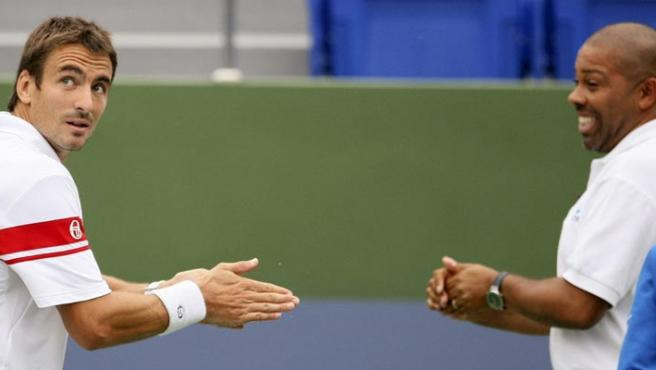 Robredo y el árbitro se lavan las manos con un líquido especial contra la gripe A