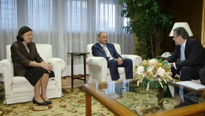 Sebastián (c), conversa con el consejero delegado de Magna, Siegfried Wolf, en presencia de la secretaria de Industria, Teresa Santero.