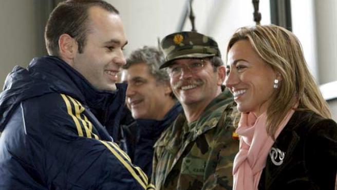 La ministra de Defensa, Carme Chacón, saluda al jugador de la selección española Andrés Iniesta (i).