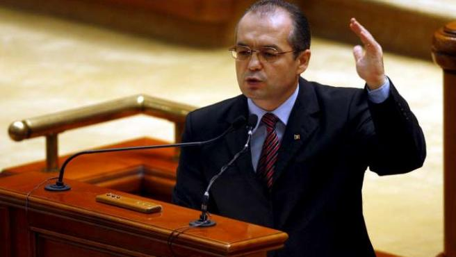 El primer ministro rumano, Emil Boc, se dirige al Parlamento durante la moción de censura que ha derribado su Gobierno.