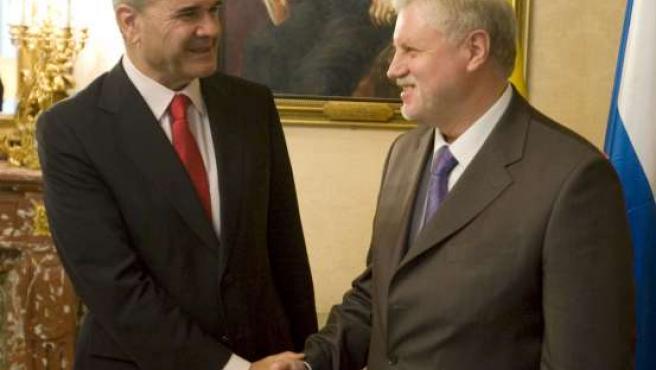 Manuel Chaves (izda), saluda al presidente del Consejo de la Federación de la Asamblea Federal de la Federación de Rusia, Sergei Mironov, con quien se reunió este martes.