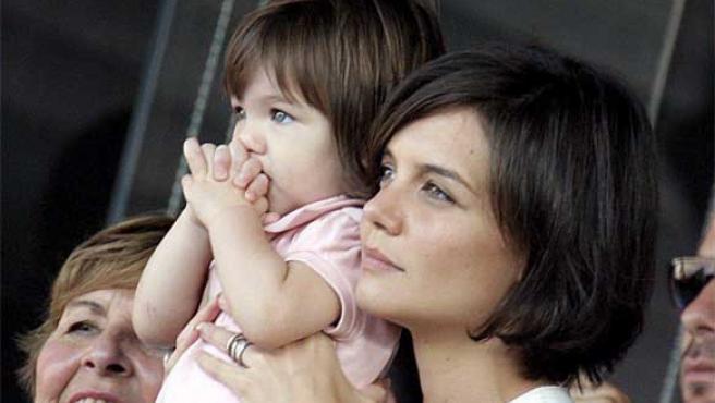 Surie Cruise, pensativa, en los brazos de su madre, Katie Holmes.