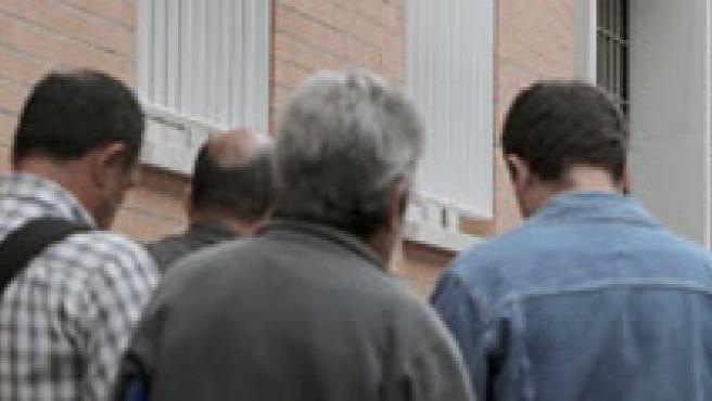 Una cola a las puertas de una oficina de empleo.