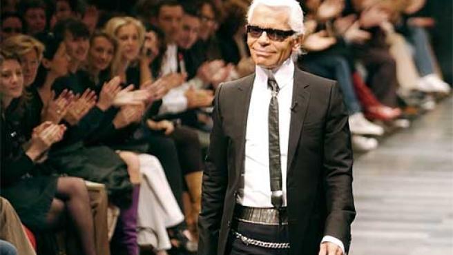 Karl Lagerfeld saluda tras un desfile en París.
