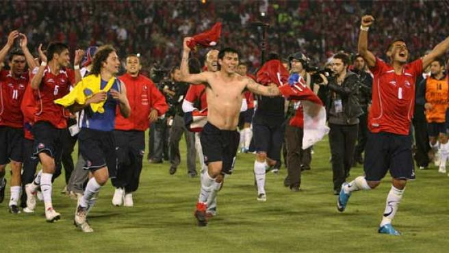 Los jugadores de la selección chilena celebran la victoria.