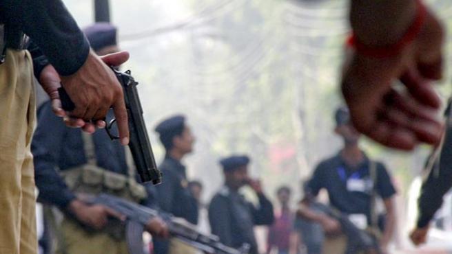 La policía rodea el edificio de la Agencia de Investigación Federal (FIA) en Lahore, objetivo de un ataque terrorista talibán.