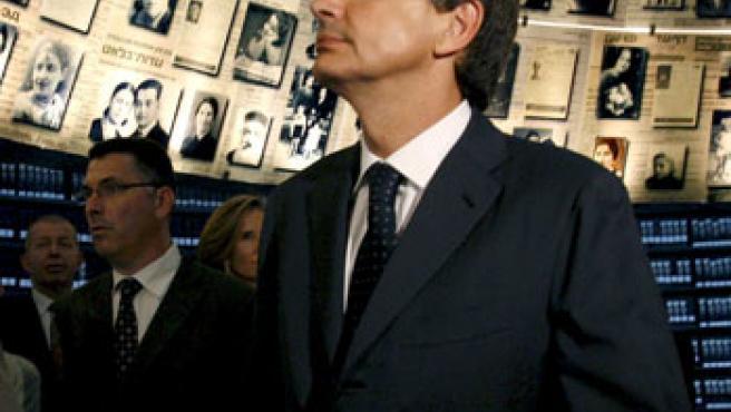 El presidente del Gobierno español José Luis Rodriguez Zapatero, durante su visita al Museo del Holocausto, en Jerusalén.