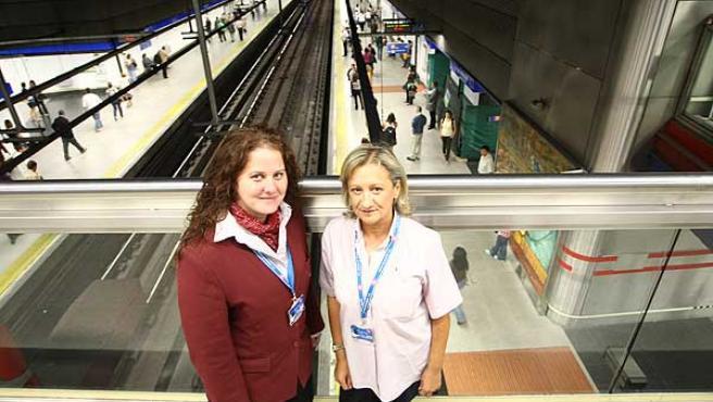 Elena Carrillo y Carmen Montavillo, en el metro de Madrid.