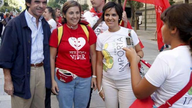 José María Aznar fotografiado junto a dos manifestantes en la marcha contra el aborto celebrada este sábado en Madrid.