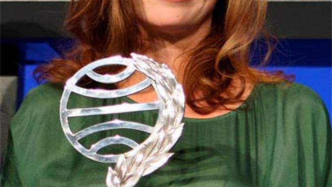 La escritora y periodista asturiana Ángeles Caso posa con el Premio Planeta de literatura.