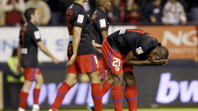 Luis Amaranto Perea, defensa del Atlético de Madrid, se lamenta en el partido ante Osasuna.