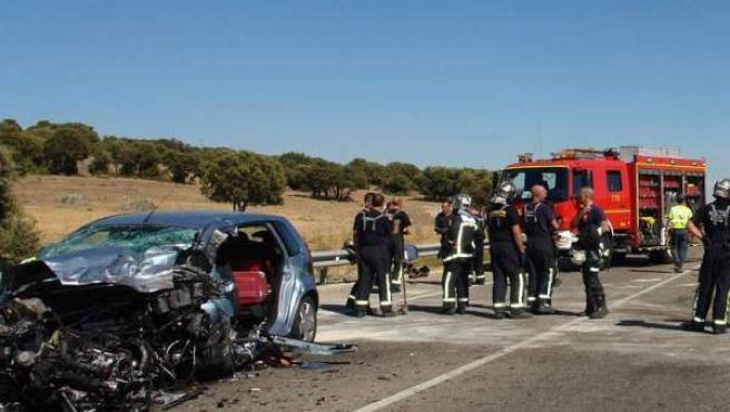 Los bomberos acuden a socorrer en un accidente de tráfico.