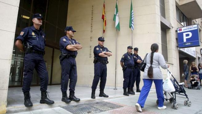 Agentes de la Policía Nacional custodian la entrada del Ayuntamiento de El Ejido (Almería).