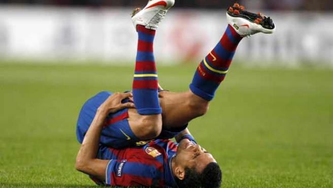 Dani Alves, del Barça, se duele de su pierna derecha.