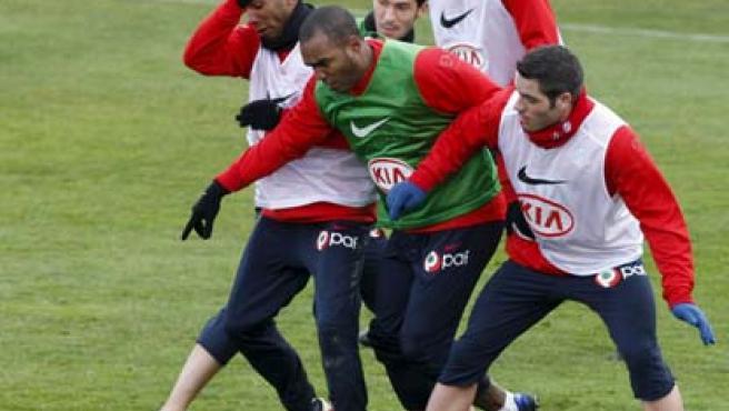 Sinama lucha en un entrenamiento del Atlético. (EFE)